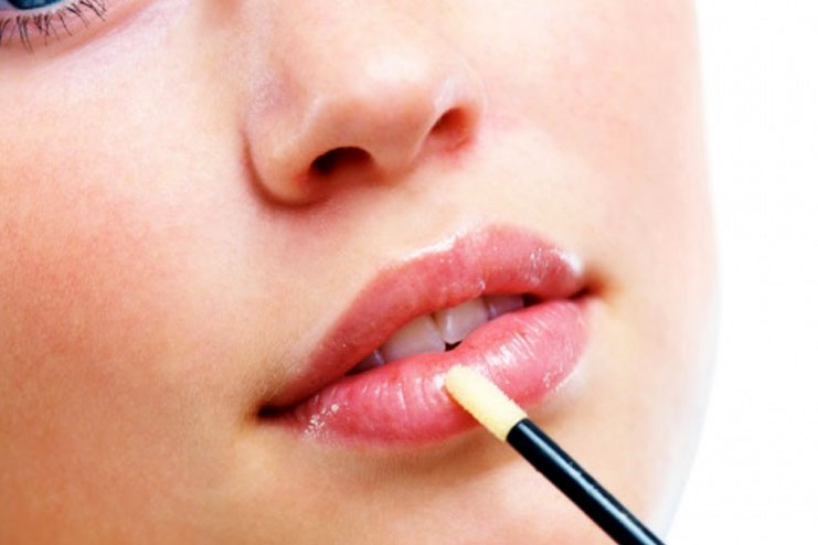 Procedure On How To Apply A Lip Gloss